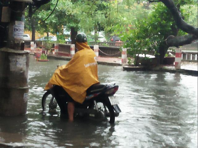 Tại phố Khương Thượng, nước dâng lên khiến đường phố ngập nặng