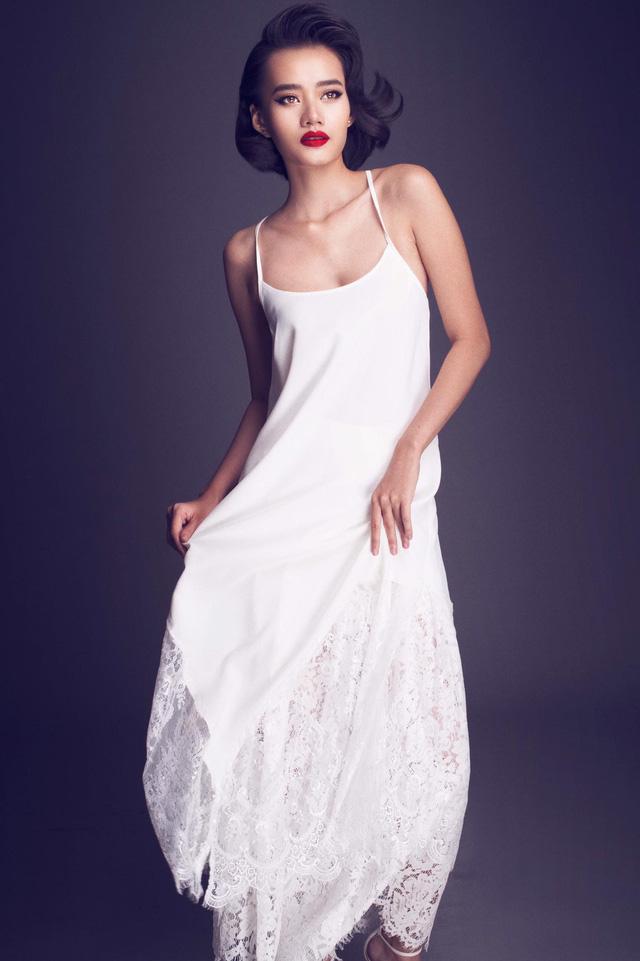 Kim Chi (đội Lan Khuê) bị loại ở tập 6 chương trình The Face vừa tung bộ ảnh mới giới thiệu phong cách thời trang riêng. Người đẹp diện loạt đầm gam trắng, chất liệu voan mỏng gợi cảm.