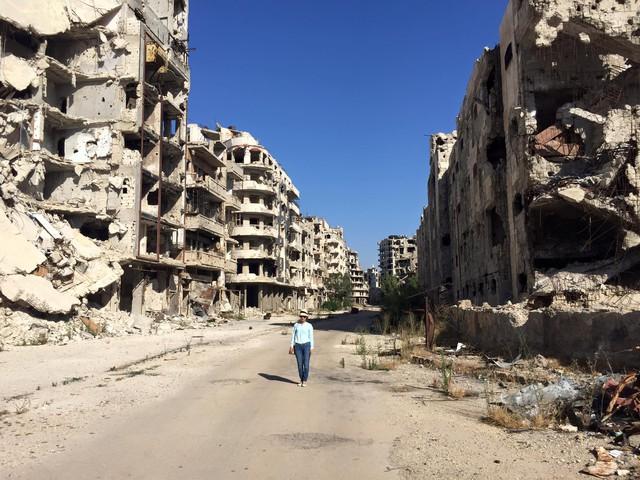 Bức ảnh nhà báo Lê Bình - Giám đốc Trung tâm Tin tức VTV24 tại thành phố Homs, Syria được đăng tải trên trang cá nhân kèm với dòng chia sẻ: Đây là phim trường Hollywood về thảm hoạ chiến tranh? Không đâu ạ, đây là 1 thành phố chết, một thành phố chết thực sự. Dưới đống đổ nát vẫn còn những xác người. Nơi này 25 bác sĩ cứu người đã bị chính kẻ mình chữa trị thảm sát... nơi tội ác man rợ nhất được thực hiện... Chiến tranh, nó đấy... góc nhìn toàn cảnh và đặc tả.