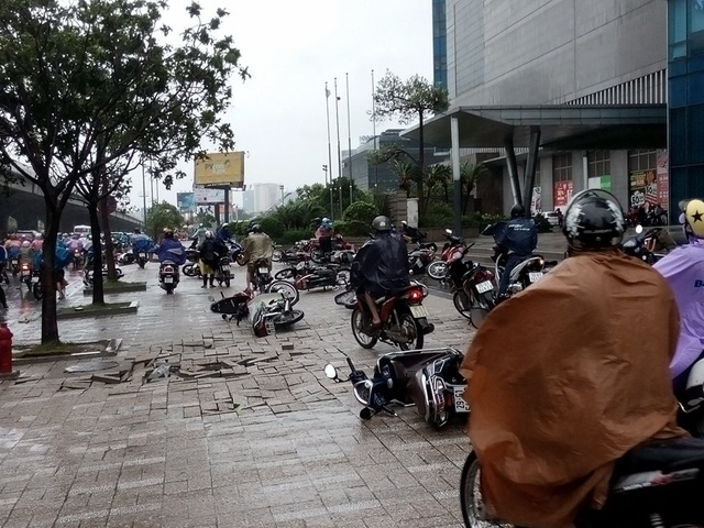 Gió thổi mạnh khiến loạt xe bị ngã rạp ra đường, người dân di chuyển khó khăn