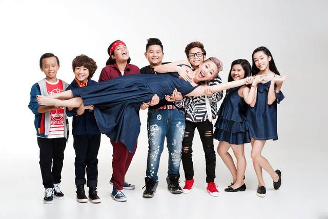 Giám kháo Tóc Tiên chụp ảnh chung với các bé Vietnam Idol Kids. Chú thích cho bức ảnh này trên trang cá nhân, cô viết: Các con là 1 phần khó quên trong sự nghiệp của cô.
