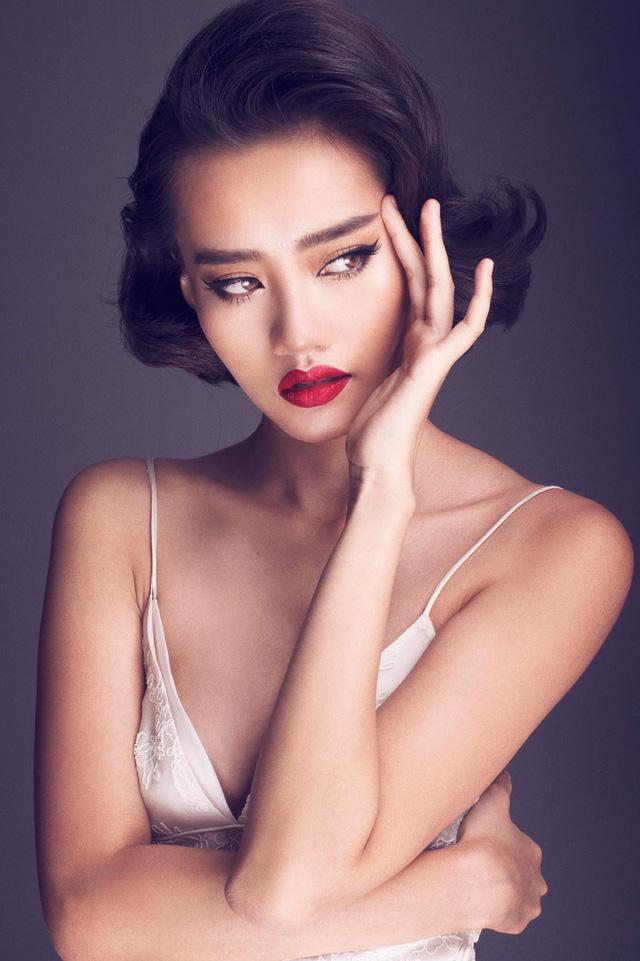 Cô tạo ấn tượng đặc biệt với góc mặt lạ và nước da nâu khỏe khoắn.