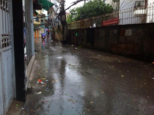 Đường phố vắng tanh vì mưa bão mặc dù đang là giờ đi làm của nhiều người