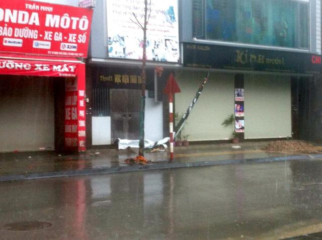 Gió cuốn khiến nhiều bảng hiệu của các cửa hàng rơi xuống đường