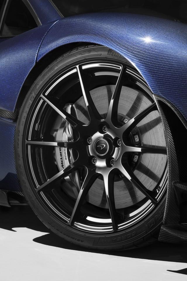 Hệ thống phanh carbon + gốm sẽ giúp tăng cường khả năng phanh cho xe khi chạy ở tốc độ cao.