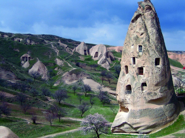 Cave Dwellings tại Cappadocia, Thổ Nhĩ Kỳ. Các căn nhà được xây trong các tảng đá và đào hầm ngầm phía dưới như một cách để người dân nơi đây lẩn trốn kẻ địch trong các cuộc chiến ngày xưa. Hiện tại, vẫn còn có rất nhiều người sống trong các căn nhà bằng đá này.