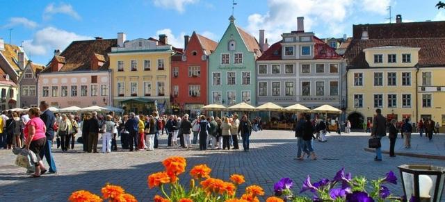 Estonia là cầu nối giữa Đông Âu và Scandinavia, là sự pha trộn hấp dẫn của hai phong cách châu Âu. Đất nước này chỉ có 1,5 triệu người. Ngôn ngữ chính thức ở đây là tiếng Estonia nhưng rất nhiều người ở đây nói tiếng Anh nên du khách không gặp khó khăn về giao tiếp khi đến đây.