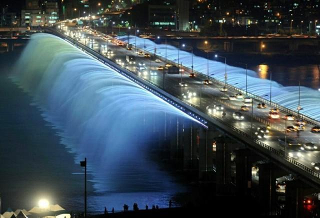 Cầu vồng ánh trăng trên cầu Banpo, Seoul, Hàn Quốc là đài phun nước dài nhất thế giới nằm trên cây cầu bắc ngang sông Hàn khiến du khách mê mẩn bởi những vũ điệu nước trong nền nhạc.