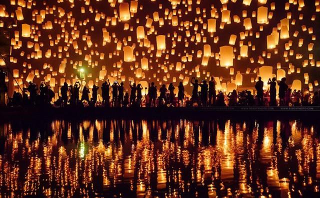 Được tổ chức tại Chiang Mai, Thái Lan, lễ hội Yi Peng là một đại lễ tôn giáo, hàng ngàn người dân Thái Lan cùng thả đèn lồng rực rỡ lên bầu trời và cầu nguyện. Một tuần sau buổi lễ truyền thống, lễ hội thả đèn thứ hai được tổ chức cho người nước ngoài, và các sự kiện diễu hành, nhảy múa hay pháo hoa đều được tổ chức trong thành phố vào dịp cuối tuần.