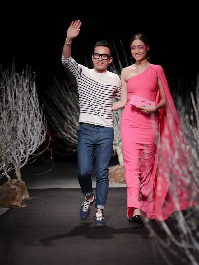 Đêm diễn thứ ba với chủ đề ready to wear (thời trang ứng dụng) đã khép lại. Đêm bế mạc Tuần lễ thời trang Việt Nam Thu Đông 2016 diễn ra vào ngày 28/2 với màn trình diễn trang phục cao cấp (haute couture).