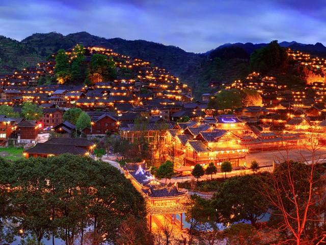 Xijang Miao là ngôi làng của người Miao lớn nhất ở Trung Quốc, còn được gọi là làng nghìn hộ dân. Nơi đây được bao bọc bởi thung lũng, đồi núi rộng lớn và rất nhiều ruộng bậc thang. Về đêm, khung cảnh nơi đây lung linh, huyền ảo hớp hồn du khách.