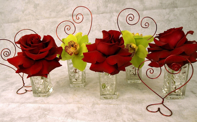 Đặt những bông hoa vào cốc thủy tinh để trang trí bàn ăn.