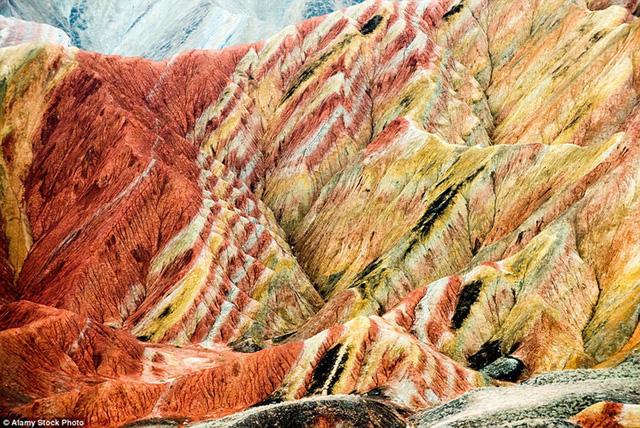Những tảng đá sa thạch đỏ và mỏ khoáng sản 24 triệu năm tuổi ở công viên địa chất Zhangye Danxia thuộc tỉnh Cam Túc, Trung Quốc trông giống như ở một hành tinh khác.