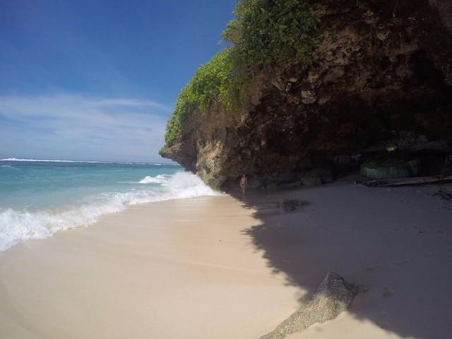 Bãi biển Green Bowl ở Bali, Indonesia là nơi bạn sẽ không hề gặp những đám đông du khách mà sẽ được đắm mình trong cát trắng lấp lánh hoang sơ, những bãi biển trong vắt. Thêm vào đó, các hang động gần đó là nơi lý tưởng nếu bạn muốn thư giãn.