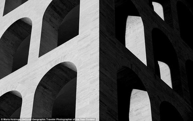 Palazzo della Civiltà Italiana là một biểu tượng của kiến trúc phát xít. Benito Mussolini dự định xây dựng công trình này như một đài kỷ niệm về dấu ấn La Mã.