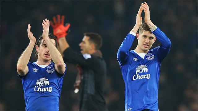 John Stones (phải) của Everton