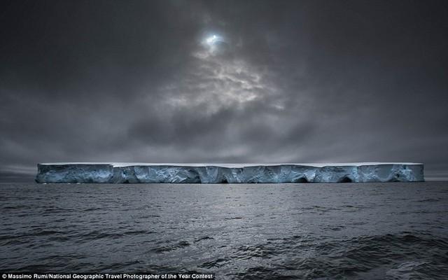 Tảng băng trôi kỳ vĩ như một con tàu thép ở Nam Cực được chụp bởi nhiếp ảnh gia Massimo Rumi.