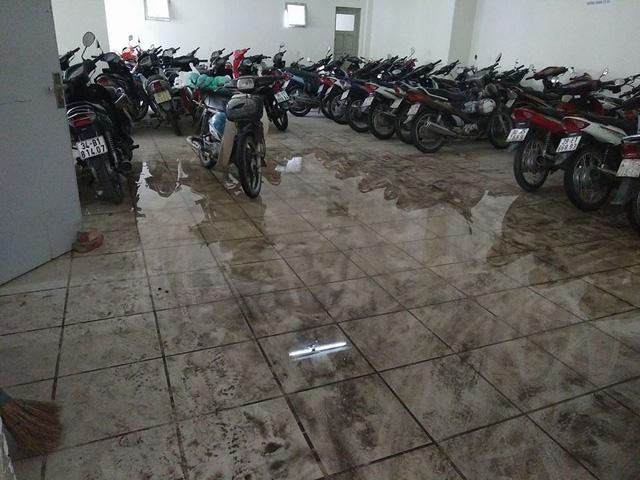 Nước tràn xuống bãi đổ xe...