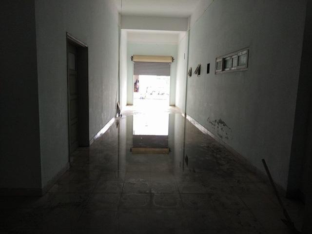 Dù người dân tích cực tát nước ra ngoài nhưng nước vẫn thấm và tràn xuống khu tầng trệt của tòa nhà.