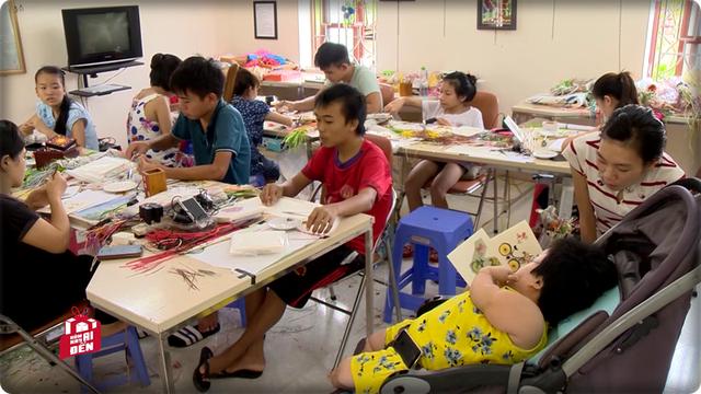 Chị Thương đang hướng dẫn học sinh cách làm tranh cuốn giấy.