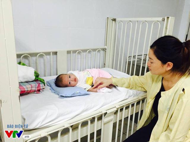Triệu chứng ban đầu của bé nhà chị Đỗ Thị Dung là ho, đỏ người.