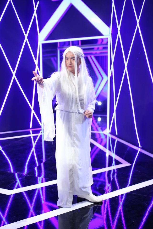 MC Đại Nghĩa diện trang phục cổ trang trong gameshow Song đấu