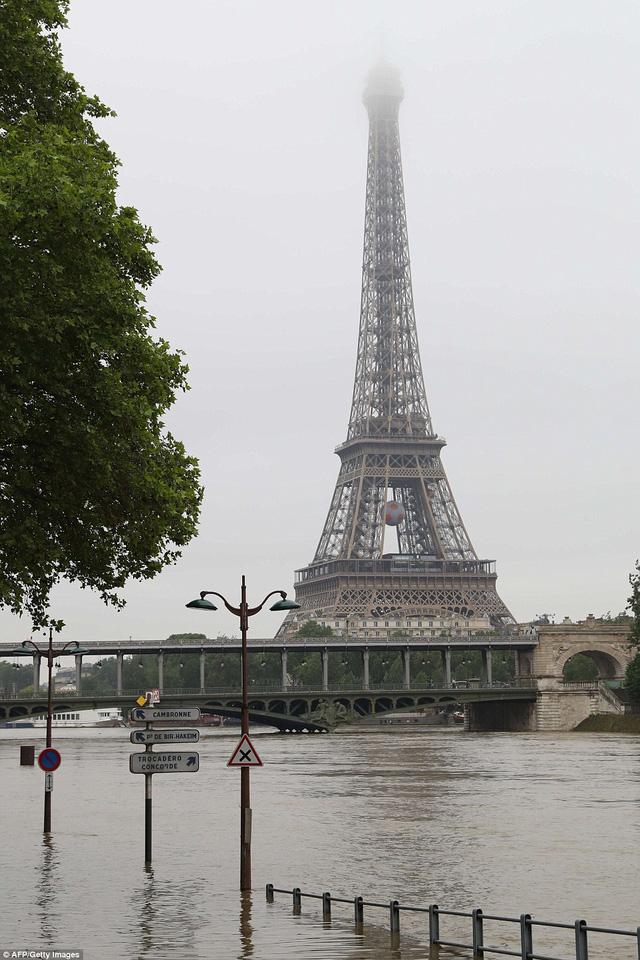 Sông Seine tràn bờ ngập đường ở thủ đô Paris, Pháp. (Ảnh: AP)