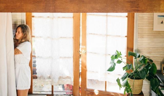 Căn nhà gỗ này là nơi ở của một người phụ nữ độc thân, mang gam màu ấm áp với diện tích 70m2.