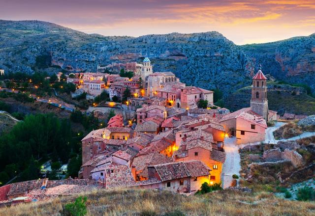 Albarracin, Tây Ban Nha: Đứng trên những gờ đá, thành phố màu hồng này trông giống như một vương quốc bước ra từ câu chuyện cổ tích. Thăm Albarracin và bị lạc trong những đường phố chật hẹp, bạn sẽ cảm thấy đây là nơi thời gian dường như đứng yên. Đó là một trải nghiệm tuyệt vời.