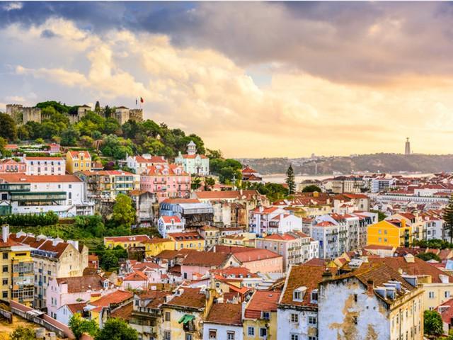 Lisbon, nằm trên bờ cửa sông Tagus, là thành phố lớn nhất ở Bồ Đào Nha. Thành phố này là nơi có Oceanário de Lisboa - hồ cá trong nhà lớn nhất ở châu Âu, cũng như nhiều quán cà phê và quán ăn, nơi bạn có thể thỏa sức thưởng thức hải sản tươi sống.
