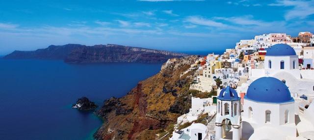 Hy Lạp hiện đang ngập trong nợ nần và bất ổn. Tuy nhiên, điều này không có nghĩa là bạn không nên đến đây. Trên thực tế, chi tiêu ở Hy Lạp hiện rẻ hơn bao giờ hết và hiện nay du lịch là một trong những ngành công nghiệp đáng tin cậy của quốc gia này.