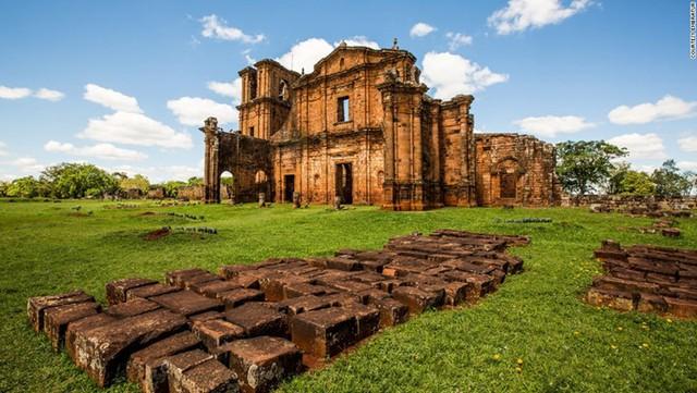 Nhà thờ Sao Miguel das Missoes được xây dựng vào những năm 1700 bởi người Guarani bản địa sẽ đưa bạn về không gian cổ xưa của thế kỷ 17.