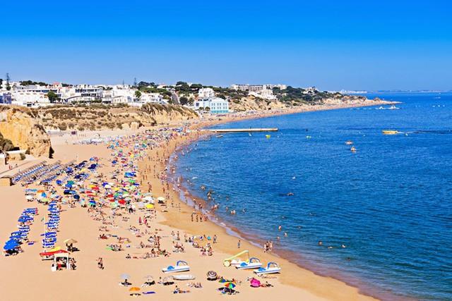 Albufeira, Bồ Đào Nha: Là điểm đến ưa thích trong kỳ nghỉ hè với những bãi biển xinh đẹp, cuộc sống về đêm nhộn nhịp và phố cổ quyến rũ.