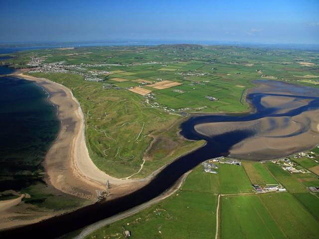 Tọa lạc tại Quận Kerry, nằm trên bờ biển phía Tây Ireland, sân golf The Old Course ở Ballybunion có địa hình đẹp với những cồn cỏ xanh ngát nhìn ra đại dương. Hầu hết các lỗ golf ở đây đều tuyệt vời.