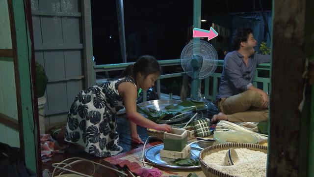 Suti chứng tỏ mình là người chị cả đảm đang khi rất khéo léo trong việc gói bánh, cô bé rất thích thú với công việc này.