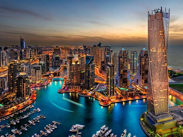 Dubai ở Các tiểu Vương quốc Ả Rập thống nhất khiến du khách ngỡ ngàng với những tòa nhà cao chọc trời hàng trăm tầng, điển hình là tòa nhà cao nhất thế giới Burj Khalifa. Đây cũng là quê hương của Dubai Miracle Garden - vườn hoa tự nhiên lớn nhất thế giới với hơn 109 triệu bông hoa.