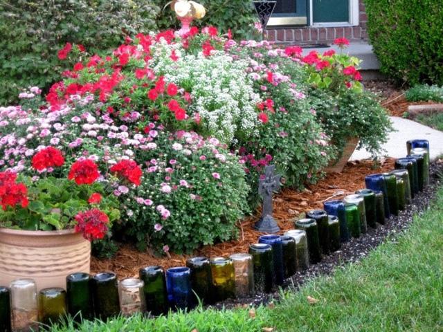Bạn có thể sử dụng những chai rượu vang và bia làm đường viền bồn hoa khu vườn của bạn.