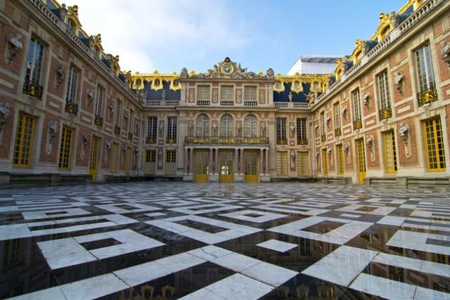 Cung điện Versailles là nơi ở của các vua Pháp Louis XIII, Louis XIV, Louis XV và Louis XVI. Cung điện với một tổ hợp các công trình kiến trúc vô cùng đồ sộ và lộng lẫy, là điểm đến mơ ước của nhiều du khách.