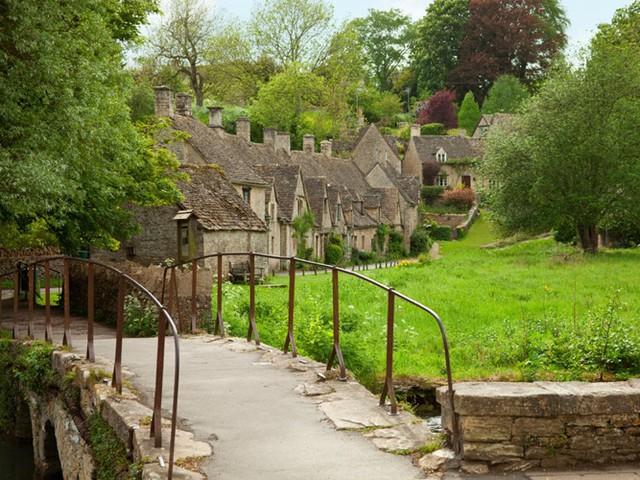 Bibury là ngôi làng tuyệt đẹp nằm bên con sông Coln thơ mộng, ở vùng Cotswold, nước Anh. Vẻ đẹp của nó đã được chính phủ Anh in lên mặt trong của tấm hộ chiếu cho công dân nước này.
