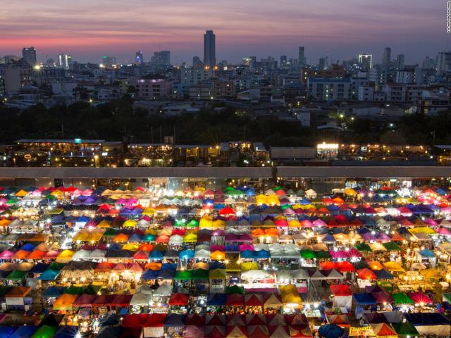 Màn đêm buông xuống, khung cảnh một khu chợ chật kín các gian hàng trở nên sống động với những sắc màu và ánh đèn rực rỡ. Nhiếp ảnh gia Kajan Madrasmail là người đã chụp được hình ảnh này tại Bangkok, Thái Lan.