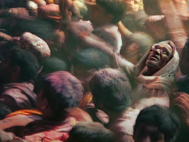 Nhiếp ảnh gia Claudio Ceriali chớp lấy khoảnh khắc xuất thần này tại lễ hội màu Holi ở Ấn Độ.