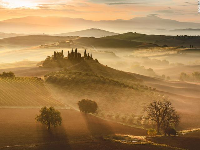 Một trong những cảnh đẹp đến nghẹt thở được chụp lại và đăng trong cuộc thi của National Geographic là bức ảnh bình minh ở Tuscany, Italy. Đây là tác phẩm của nhiếp ảnh gia Giovanni Modesti.