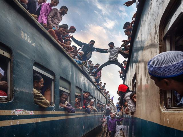 Nhiếp ảnh gia David Nam là tác giả bức ảnh sinh động về cảnh những thanh niên nhảy qua lại hai chiếc tàu hỏa ở Bangladesh.