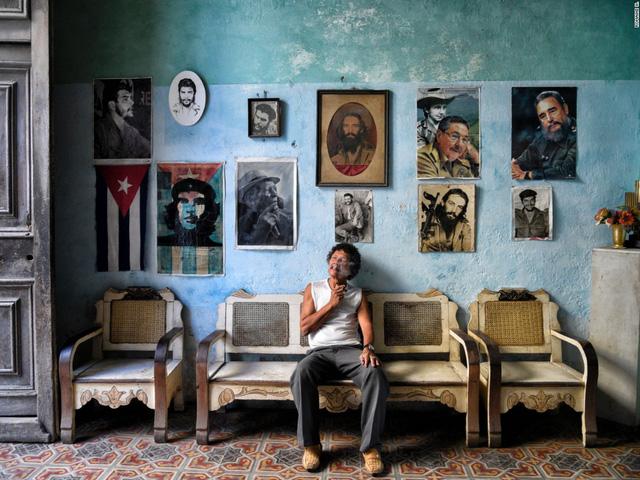 Một bức tường treo rất nhiều hình ảnh của các lãnh tụ ở đất nước Cuba