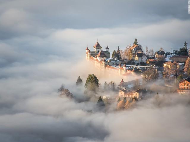 Bức ảnh thần tiên này là kết quả của khoảnh khắc kỳ diệu trên đỉnh núi Sonchaux, Thụy Sĩ vào ngày mây phủ dày, chỉ để lộ một khu vực nhỏ những tòa nhà và cây cối.
