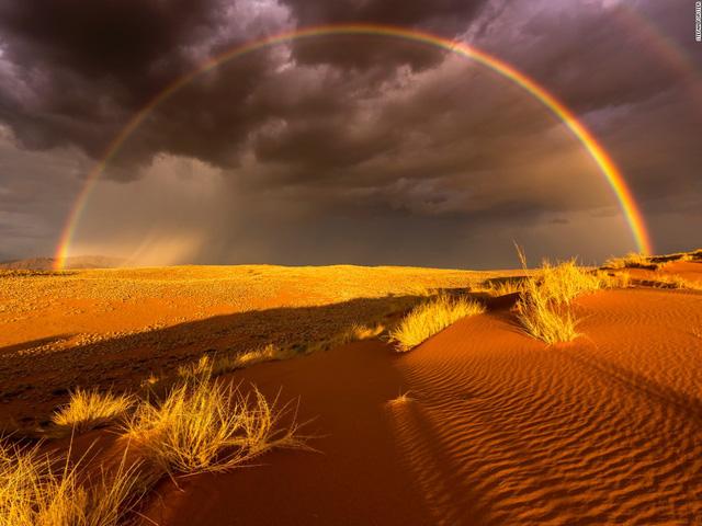 Cơn bão ập đến trong ánh hoàng hôn ở rìa công viên quốc gia Namib Naukluft, Namibia.
