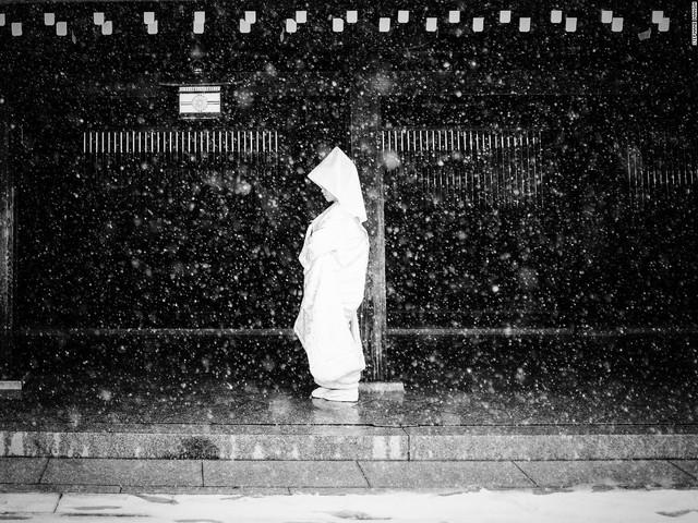 Hình ảnh một cô dâu Nhật Bản đứng dưới trời tuyết khiến người xem vô cùng ấn tượng