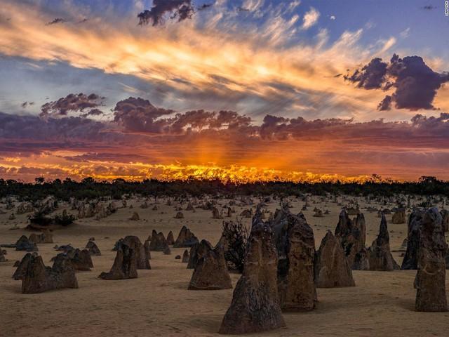 Nhiếp ảnh gia Sam Yick đã chụp những khối đá vôi Pinnacles độc đáo ở công viên quốc gia Nambung, gần Cervantes, miền Tây Australia.