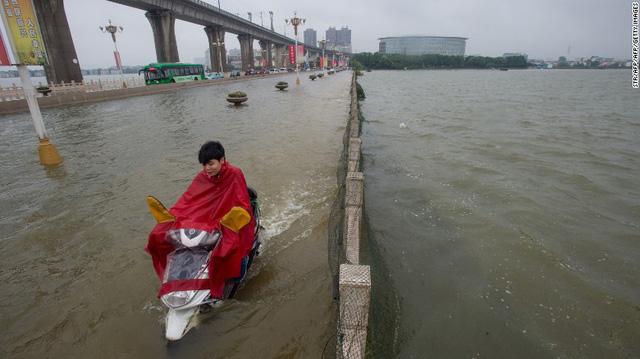 Lượng mưa lớn khiến các phương tiện giao thông di chuyển khó khăn hơn rất nhiều.