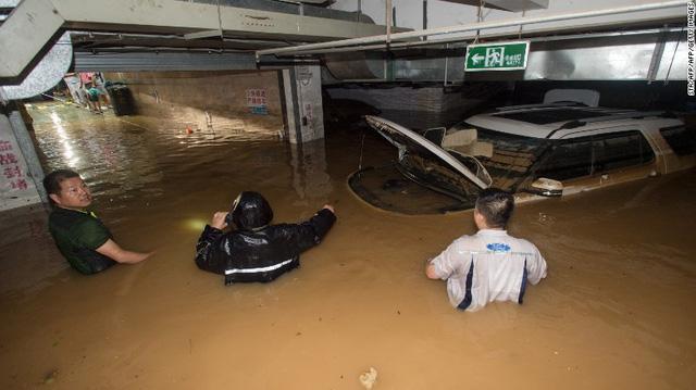 Nhiều xe bị mắc kẹt trong các khu vực đường hầm vì nước tràn vào.